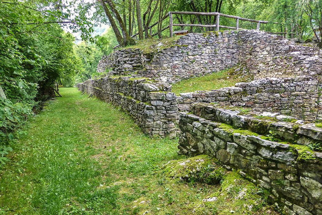 Bereits während der späten Eisenzeit, vom 3. bis ins 1. Jhd. v. Chr., war auf dem Monte San Martino eine Kultstätte. Das Foto zeigt Gebäudereste aus römischer Zeit.