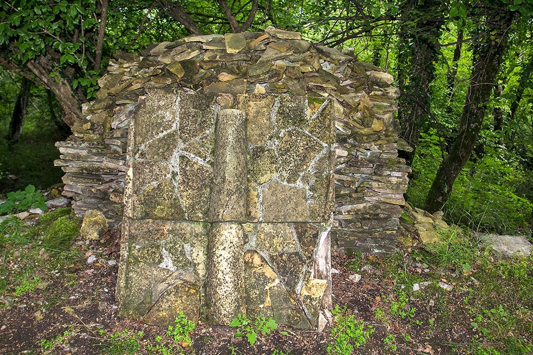 Aufgestapelt liegen antike Dachplatten in der Nähe des einstigen Tempelareals.