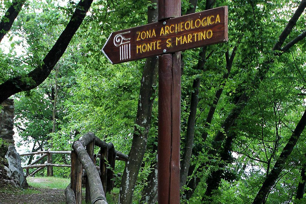 Garda Trentino: Monte San Martino – Antiker Kultplatz im Tennotal garda trentino monte san martino campi riva del garda gardasee italien 08 Monte San Martino: Wanderwege führen durch den Wald zum einsam gelegenen Kultplatz.