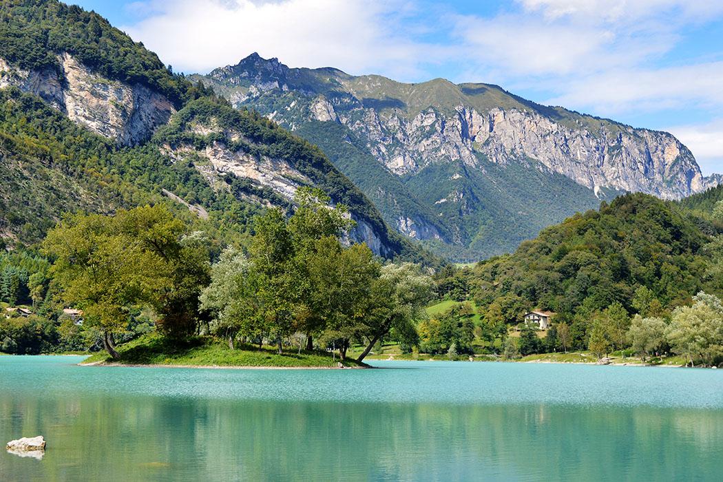 """lago di tenno, flickr, Mohamed Sanad-ol Der Tennosee liegt auf 570 Meter Höhe und gehört zu den schönsten Bergseen im Norden des Gardasees. Wegen der von Türkis bis Himmelblau verlaufenden Farbe des Wassers wird der Tennosee auch """"Lago Azzurro"""" genannt. Foto: flickr, Mohamed Sanad-ol Garda Trentino: Monte San Martino – Antiker Kultplatz im Tennotal"""