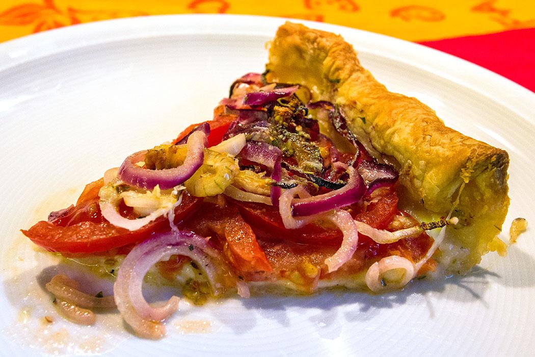 Unkomplizierte Sommerküche: Blätterteig-Quiche mit Tomaten, Zwiebeln und Knoblauch
