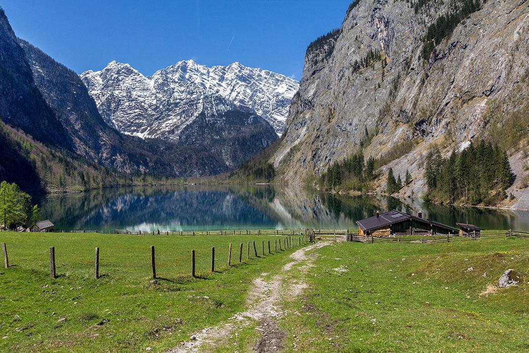 Oberbayern: Königssee - Von Salet zur Fischunkelalm am Obersee - Deutschland, Oberbayern, Nationalpark Berchtesgaden, Koenigssee, Obersee, Fischunkelalm, Bootshaus, Almwiese, April 2017