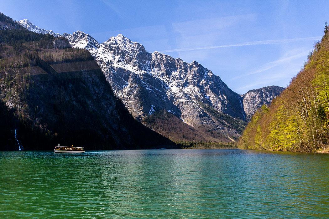 Oberbayern: Königssee - Von Salet zur Fischunkelalm am Obersee - Deutschland, Oberbayern, Nationalpark Berchtesgaden, Koenigssee, Salet, Rueckfahrt, Boote, Koenigssee Schifffahrt, April 2017 - Wo Bayern am schönsten ist ! Während der Rückfahrt schimmert das Wasser des Königssees smaragdgrün. Diese Färbung stammt von winzigen Kalkteilchen, in denen sich das Sonnenlicht bricht. Der Königssee ist rund acht Kilometer lang, maximal 1,2 Kilometer breit und knapp 200 Meter tief und deshalb ziemlich kalt.