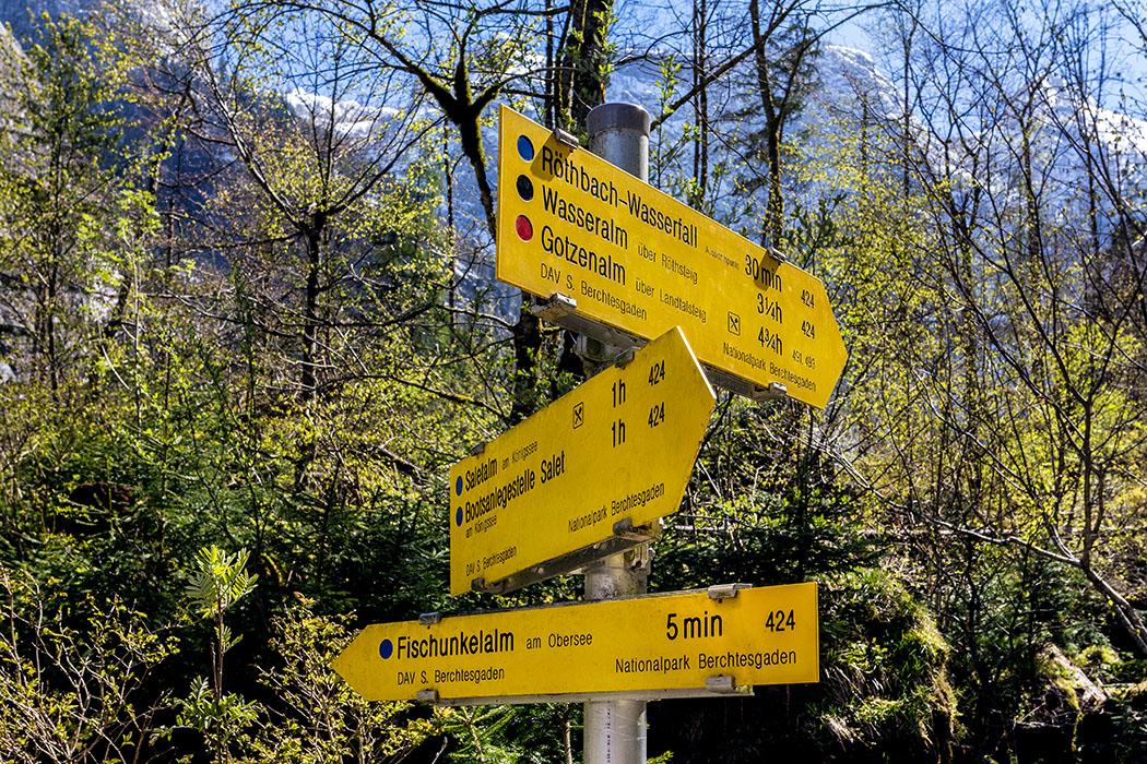Deutschland, Oberbayern, Nationalpark Berchtesgaden, Obersee, Fischunkelalm, Wegweiser, April 2017 - Der Abzweig am Obersee zum Röthbach-Wasserfall. Eine Einkehr in der Fischunkelalm konnten wir im April nicht genießen, da die Almhütte erst ab Juni öffnet.