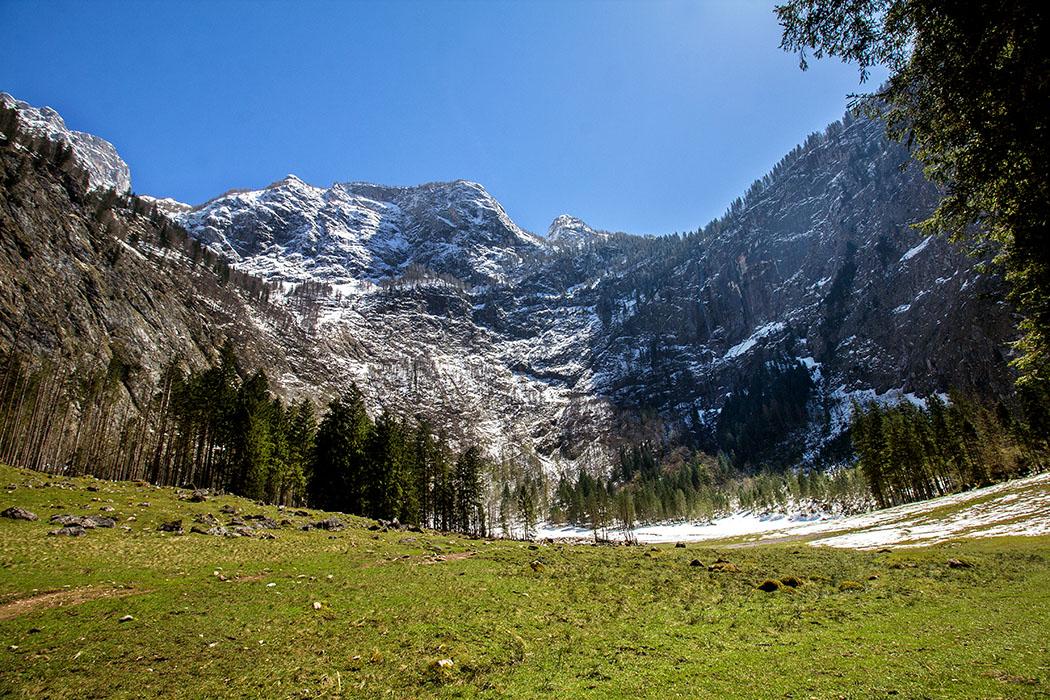 Oberbayern: Königssee - Von Salet zur Fischunkelalm am Obersee - Deutschland, Oberbayern, Nationalpark Berchtesgaden, Obersee, Salet, Fischunkel-Talkessel, Roethbach Wasserfall, April 2017 - Der Fischunkel-Talkessel ist erreicht. Es liegen noch weite, nasse Schneefelder, so dass wir nicht bis zum Röthbach-Wasserfall weitergehen. Wir genehmigen uns eine Brotzeitpause inmitten der sonnigen Almwiesen.