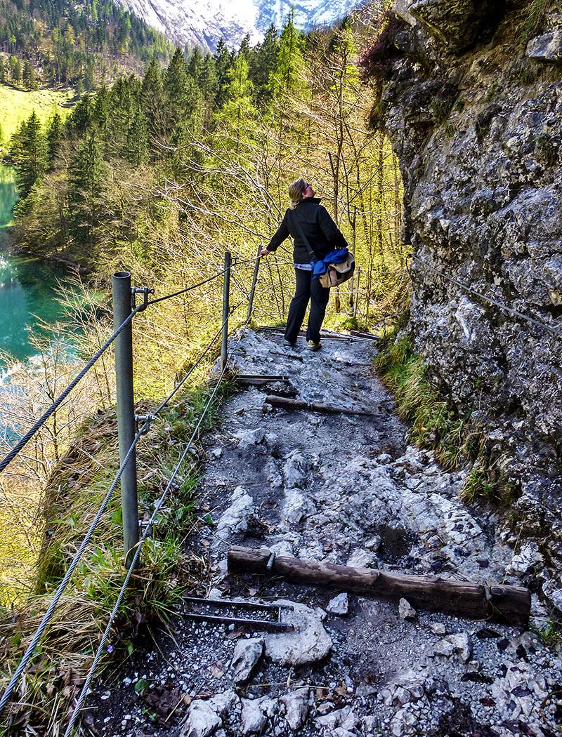 Deutschland, Oberbayern, Nationalpark Berchtesgaden, Obersee, Walchhüttenwand, April 2017, Wanderpfad - Felsensteig unter der Walchhüttenwand: Die Stufen sind mit Stahlseilen zum Festhalten gesichert.