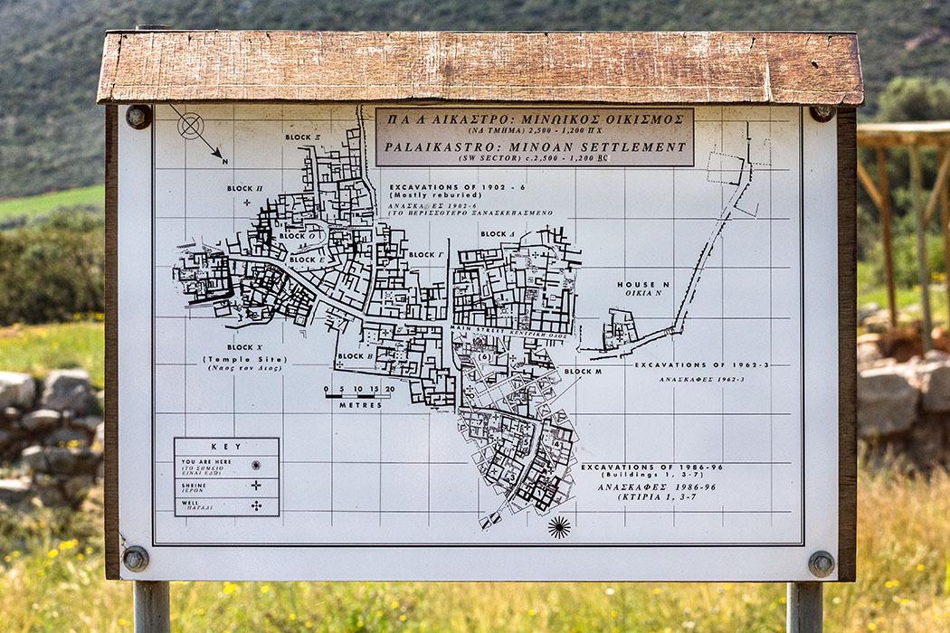 Der Ausgrabungsplan lässt die Größe der minoischen Hafenstadt nur erahnen. Teilweise wurden die erfoschten Häuserblöcke wieder zugeschüttet, um sie so zu konservieren.