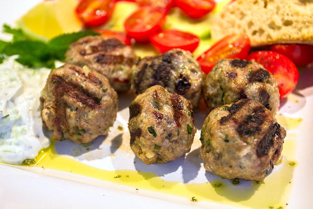 Sommer, Sonne, Grillsaison! Keftedes scharas - Griechische Hackfleischbällchen vom Grill