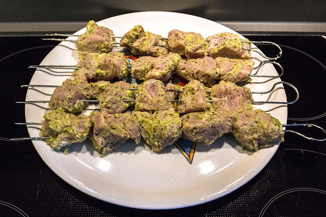 Fleischwürfel aus der Marinade nehmen, auf Küchenpapier abtropfen lassen und nicht zu eng auf die Spieße stecken.