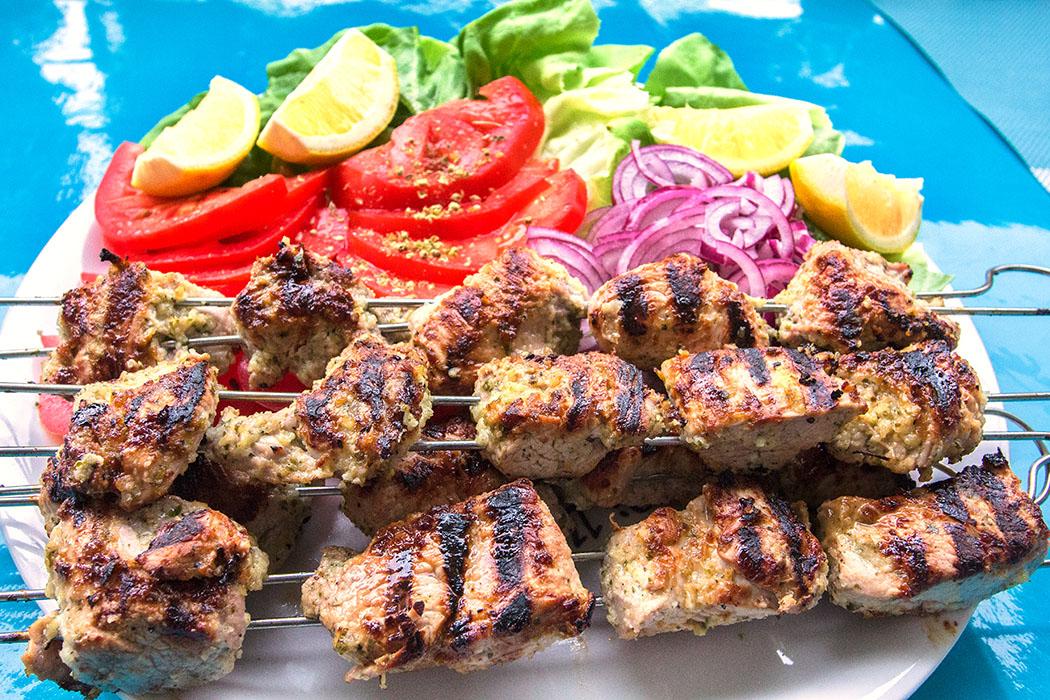 Griechischer Street Food-Klassiker Nr. 1: Souvlaki-Pita - Schweinefilet-Spieße vom Grill