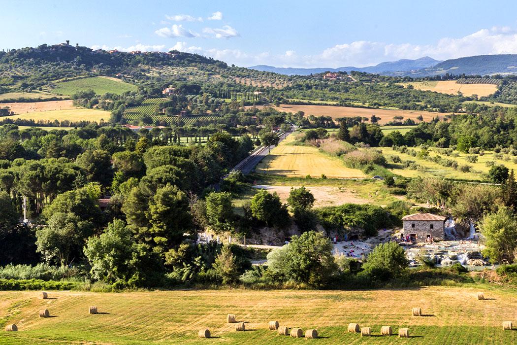 Unsere 3 Lieblingsreiseziele in Italien - reise-zikaden.de, Monika Hoffmann, italy, tuscany, alta maremma, saturnia, therme, Cascate del Mulino. - Eingebettet in die wunderschöne Landschaft der Alta Maremma im Süden der Toskana liegt Saturnia. Seit der Antike werden seine schwefelhaltigen Thermalquellen genutzt. Die wildromantischen Sinterterrassen liegen unterhalb des Ortes inmitten von Wiesen, Feldern und Wald.