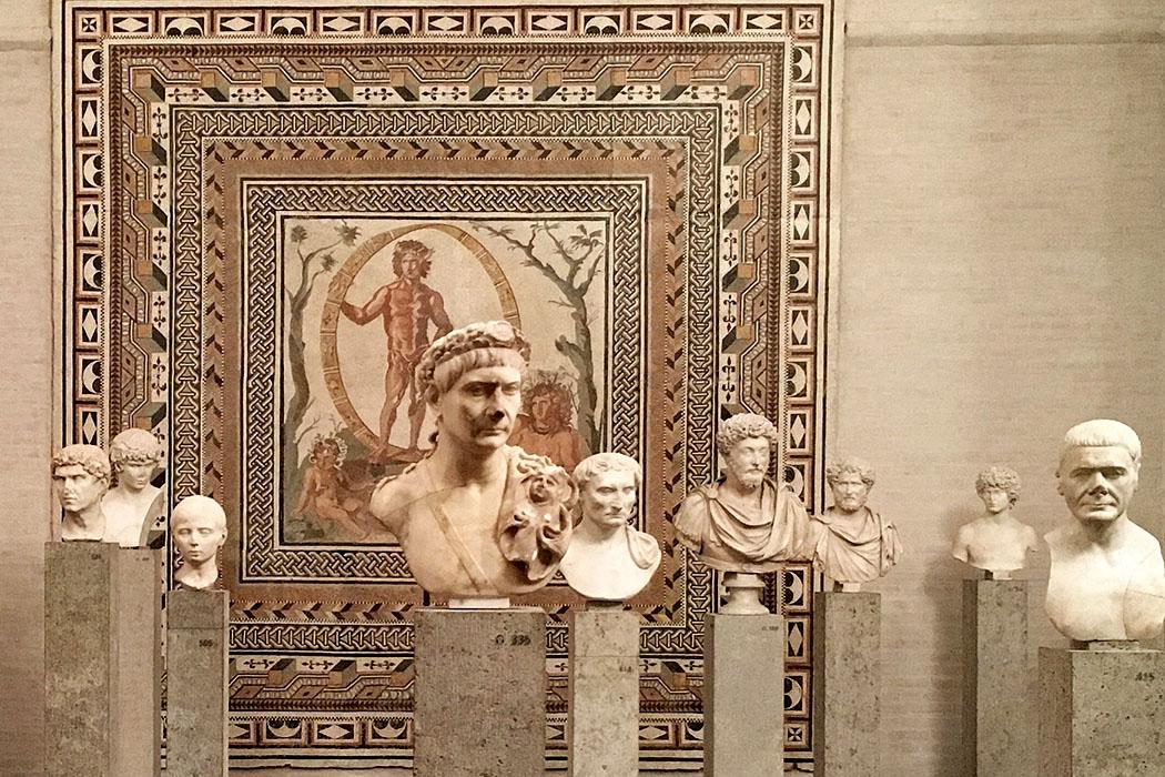 gyptothek, muenchen, roemische portraits, wikipedia, waterborough - Die Münchner Glyptothek am Königsplatz besitzt eine umfangreiche Sammlung römischer Porträtbüsten, darunter zahlreiche Kaiserportraits. Foto: Wikipedia, Waterborough