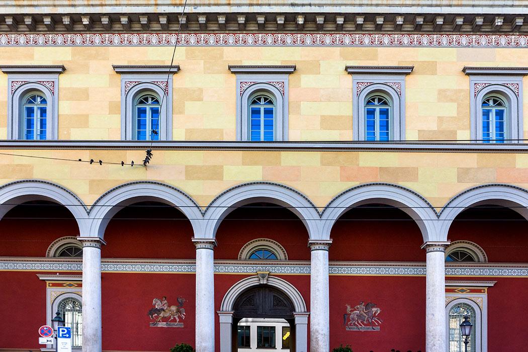 reise-zikaden.de, Monika Hoffmann, germany, deutschland, munich, - Ein Gebäude, drei Namen: Palais an der Oper, Residenzpost, Palais Toerring-Jettenbach. Die farbige Ausmalung der Bogenhalle war einst eine Attraktion in München.