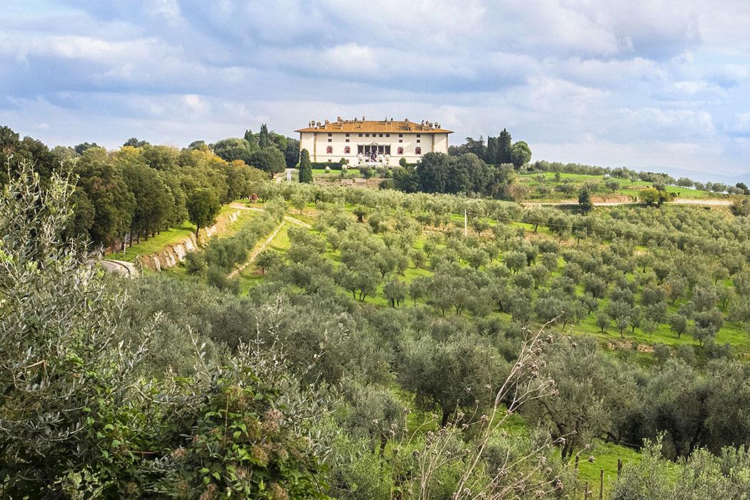 Ein perfektes Ausflugsziel von Prato: Die Villa Medici La Ferdinanda beim Dorf Artimino. In den sie umgebenden Hügeln wird ein hervorragender Rotwein und Olivenöl angebaut.