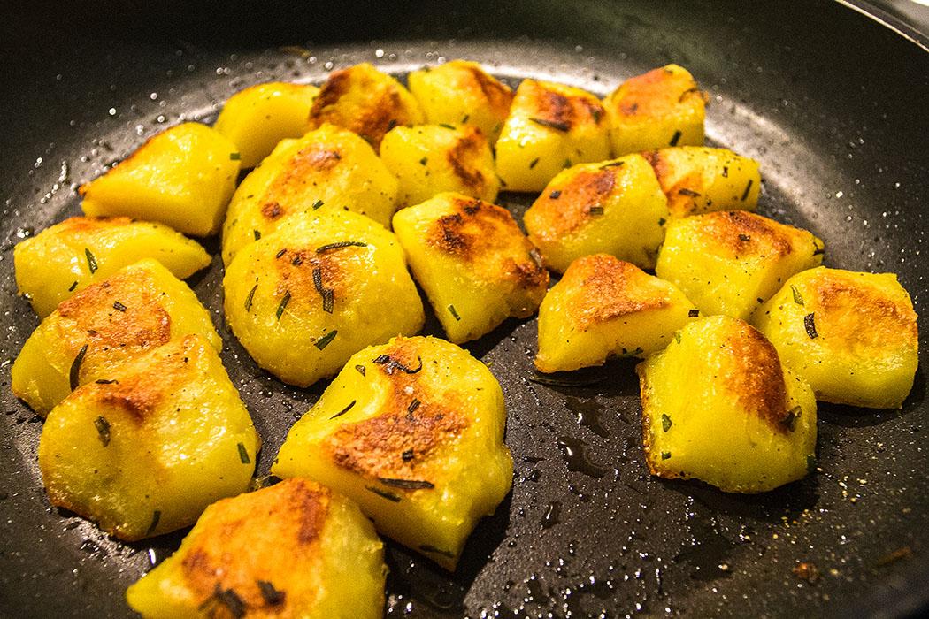 reise-zikaden.de, Monika Hoffmann, Rosmarinkartoffeln - Bratokartoffeln mit Rosmarin sind eine perfekte Beilage zum toskanischen Peposo.