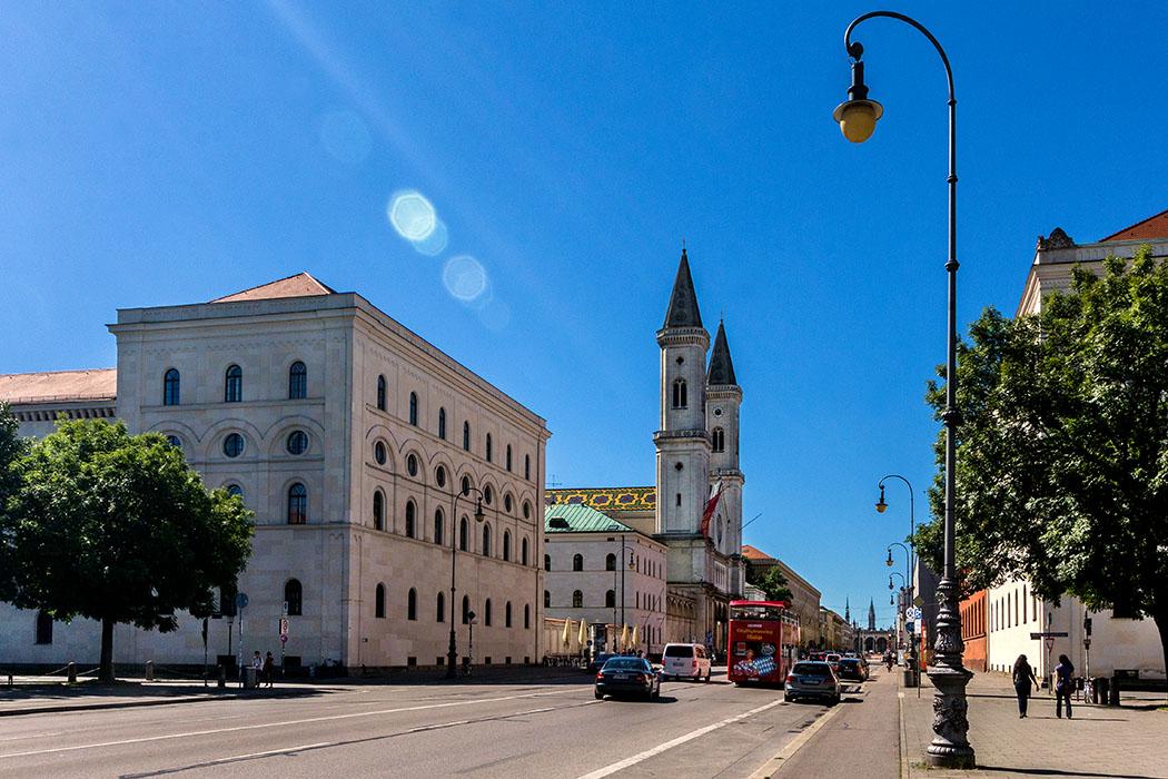 Kulturtrip durch München: 15 Sehenswürdigkeiten wie in Italien - reise-zikaden.de, Monika Hoffmann, germany, deutschland, bavaria, oberbayern, muenchen, munich, maxvorstadt, Geschwister-Scholl-Platz, ludwigstrasse - Italienischer Flair in München gesucht? Hier werdet ihr fündig: Die Lugwigstraße ist Münchens schönste Prachtstraße. Einen Kilometer lang verbindet sie den Odeonsplatz mit dem Siegestor. Wir haben sieben Sehenswürdigkeiten an der Ludwigstraße mit Vorbildern aus Italien zusammengestellt.