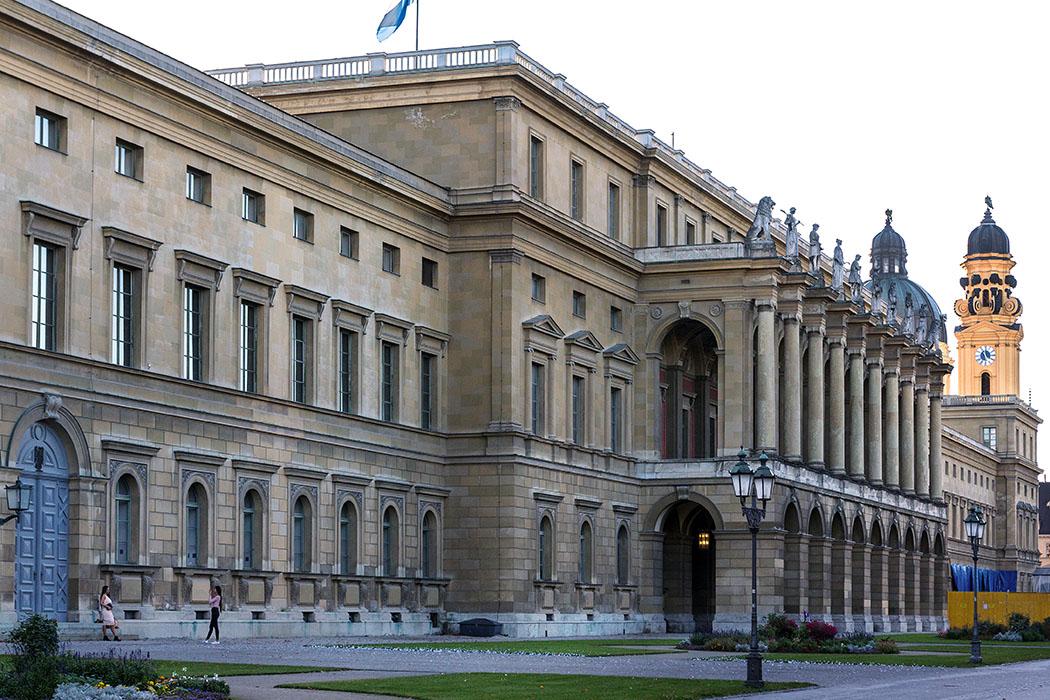 """reise-zikaden.de, Monika Hoffmann, germany, deutschland, munich, - Abendstimmung an der Residenz. Das Foto zeigt den Festsaalbau am Hofgarten. Dieser wurde 1842, nach Beseitigung der ruinösen """"Neuveste"""", von Leo von Klenze erbaut."""