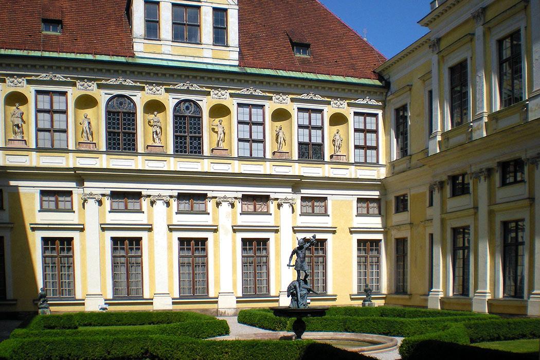 munich_residenz_grottenhof - Südliche Leichtigkeit: Der Grottenhof in der Münchner Residenz wurde in den 1580er-Jahren im Stil der Spätrenaissance erbaut. Herzog Wilhelm V. ließ den Wohntrakt als Sommerpalast mit Gartenhof und Brunnen für die herzogliche Familie anlegen.