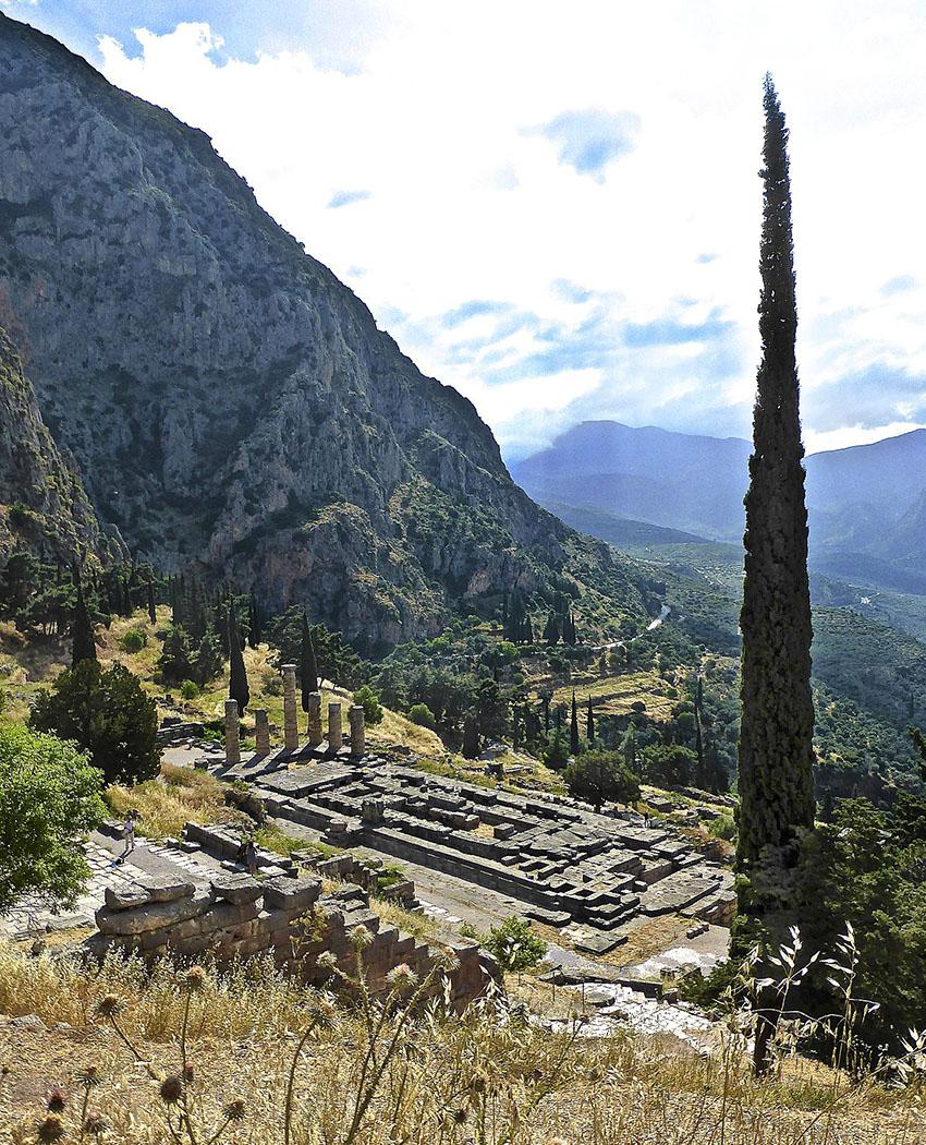 Zitate aus der Antike: Gnothi seauton - Erkenne Dich selbst! - delphi_apollontemple_greece - Der Apollontempel von Delphi war ein dorischer Peripteros mit 6 x 15 Säulen von über zehn Metern Höhe. Der Grundriss des Gebäudes betrug 24 x 60 Meter. Das Interessante ist der Innenraum, da hier das Orakel von Delphi seine Prophezeiungen aussprach. Heute sichtbar ist der sechste Tempel im Heiligtum. Nach einem Erdbeben wurde der Vorgängerbau 373 v. Chr. zerstört. Die Finanzierung des Neubaus erfolgte mit Spenden aus allen Teilen Griechenlands und war um um 320 v. Chr. abgeschlossen.