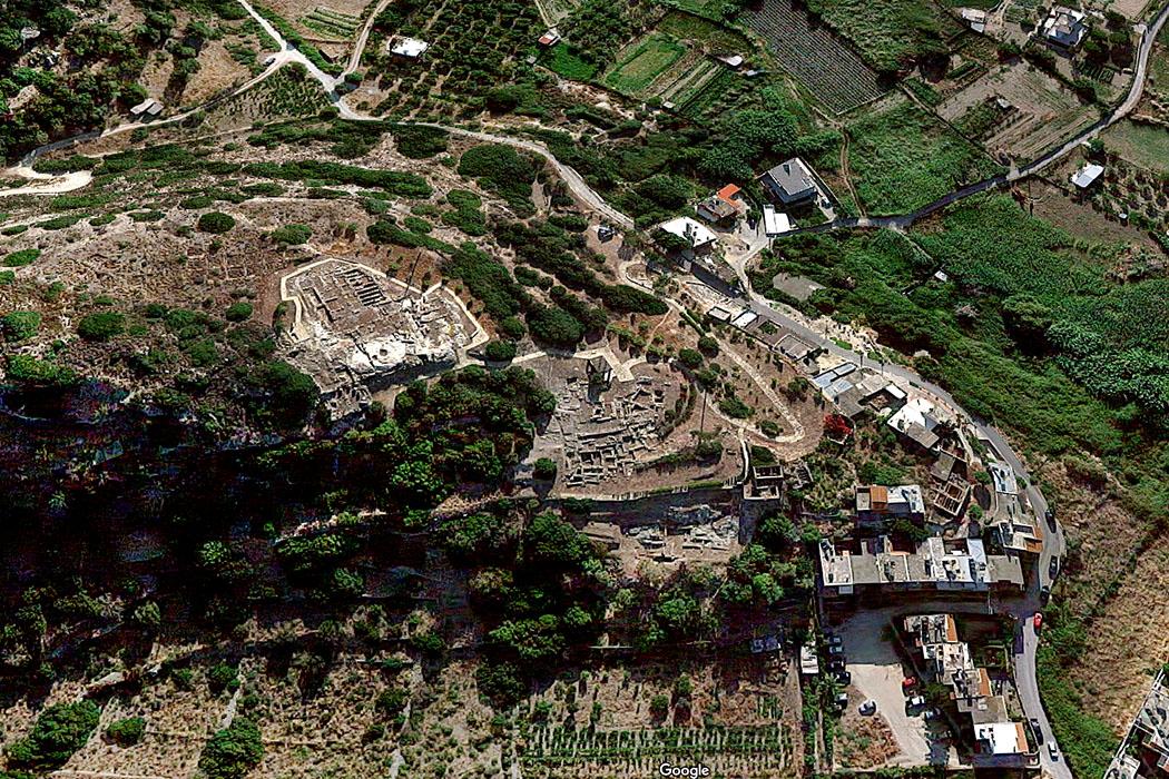 petras_sitia_googlemaps_small - Die Luftaufnahme zeigt Petras bei Sitia mit seinem terrassiertem minoischem Stadtareal. Auf der Hügelspitze stand einst das palastartige Zentralgebäude aus Mittelminoischer Zeit. Foto: googlemaps