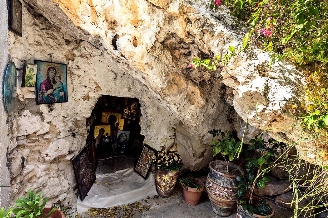 reise-zikaden.de, Monika Hoffmann, greece, griechenland, crete, kreta, sitia, moni faneromeni, Agii Pantes - Die Legende von Moni Faneromeni erzählt, dass bei dieser Höhle einst ein Hirte eine Ikone der Panagia (Jungfrau Maria) fand.