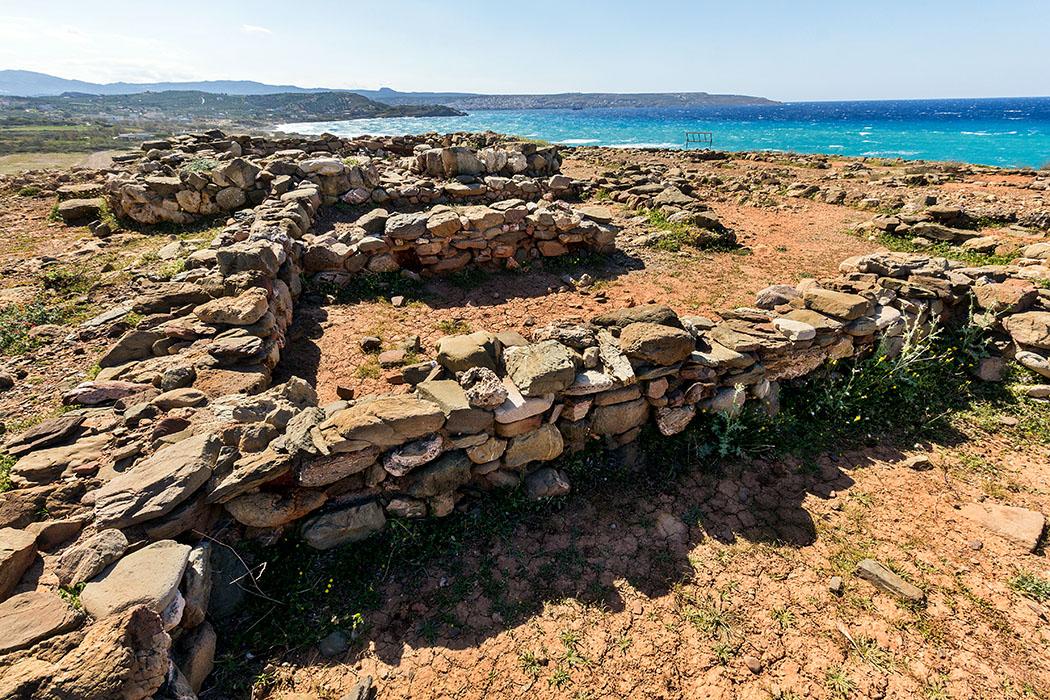 Bronzezeit auf Kreta: Die Paläste der Minoer waren Basis ihrer Städte reise-zikaden.de, Monika Hoffmann, griechenland, greece, kreta, lasithi, ostkreta, crete, sitia, agia fotia, gagia photia, minoan settelement Agia Fotia: Auf dem Koufota-Hügel, einem Felsplateau über dem Meer, liegt eine palastähnliche Siedlung aus Mittelminoischer Zeit (2.100 – 2.000 v. Chr.) die zusätzlich mit einer Wehrmauer umgeben war. Einst lebte hier offenbar ein Familienclan in einer befestigten Siedlungsgemeinschaft.