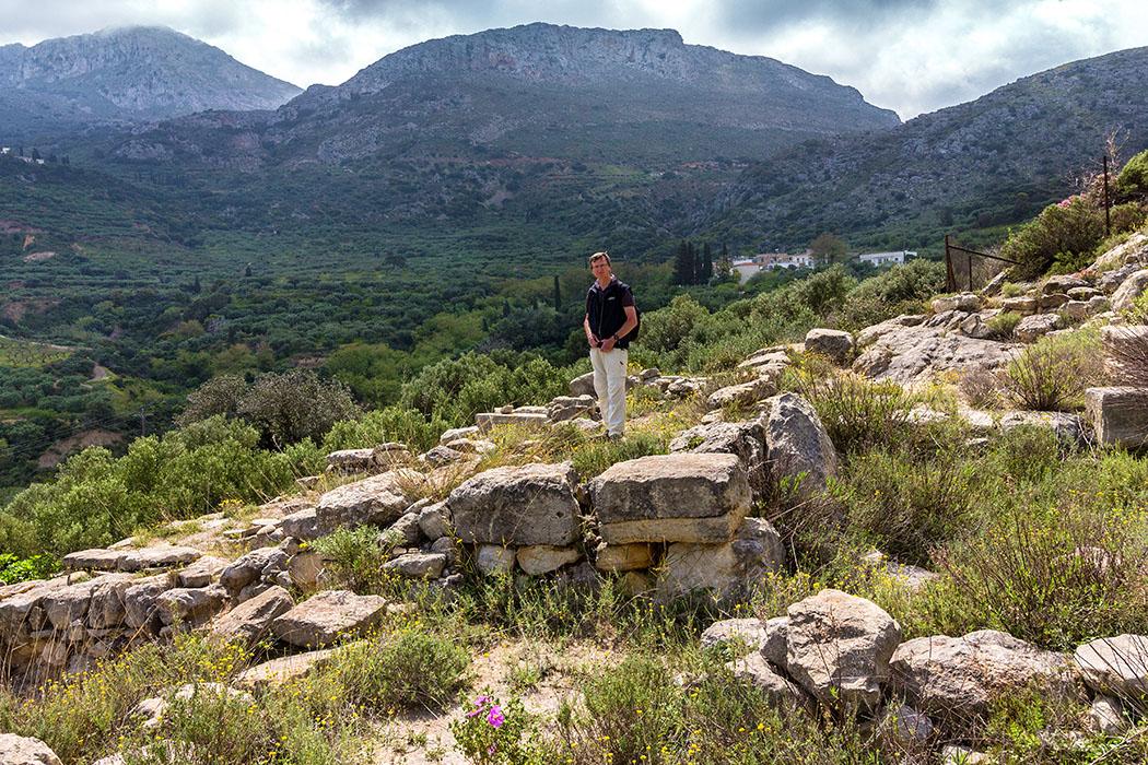 """reise-zikaden.de, Monika Hoffmann, griechenland, greece, kreta, lasithi, ostkreta, crete, sitia, stavromenos, piskokefalo, zou, minoan villa, prinias - Die bronzezeitliche """"Villa"""" bei Zou wurde in Mittelminoischer Zeit um 1.650 – 1.600 v. Chr. erbaut und kann als großer Gutshof verstanden werden. Vom Standort hat man eine gute Sicht auf den Berg Prinias (oben links), auf dessen Spitze ein minoisches Gipfelheiligtum lokalisiert wurde."""