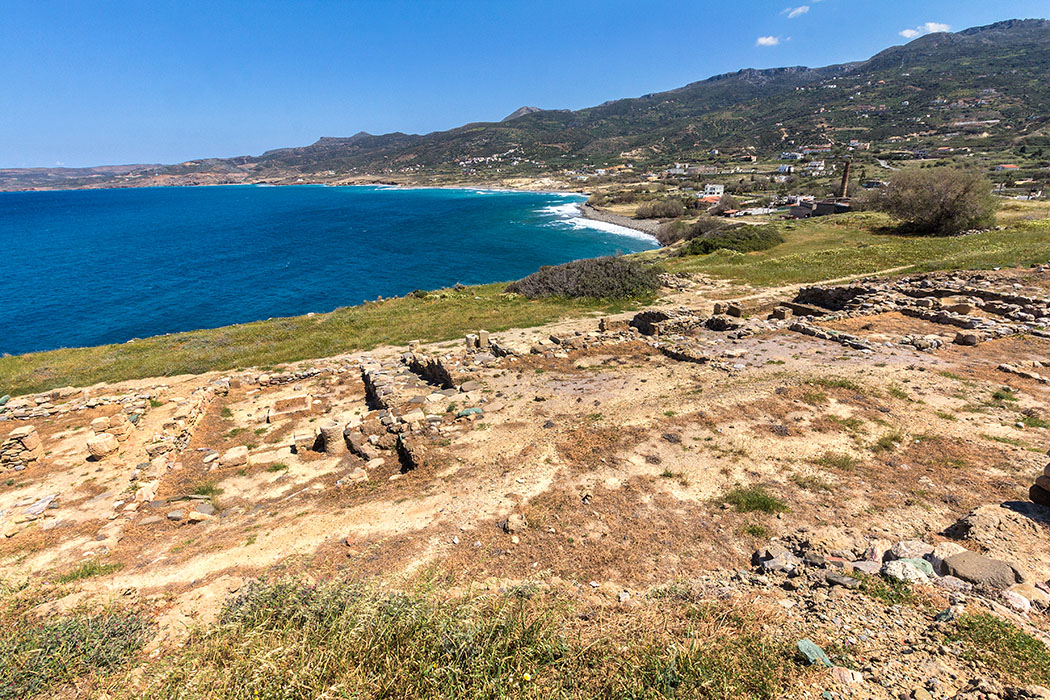 """reise-zikaden.de, Monika Hoffmann, griechenland, greece, kreta, lasithi, ostkreta, crete, sitia, trypitos - Die Halbinsel Trypitos bietet einen fantastisches Panorama auf die Bucht von Sitia. Hier befinden sich die Ruinen einer hellenistischen Hafenstadt, die vermutlich einst """"Polichna"""" hieß. Interessant ist hier ein künstlich angelegter Felseinschnitt, an der Ostseite des Kaps, das in der Antike als Bootswerft diente."""