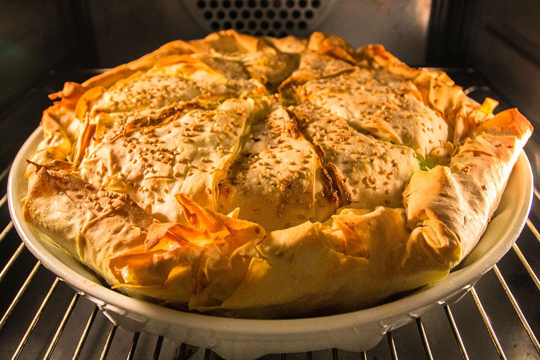 Kotopita - Griechische Huehnchen-Pastete 13 - Ein verführerischer Duft liegt in der Küche, wenn die Kotopita: Griechische Hühnchen-Pastete im Backofen ihre goldbrauche Farbe annimmt.