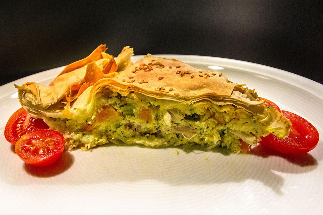 Kotopita: Griechische Hühnchen-Pastete - Kotopita - Griechische Huehnchen-Pastete titel - Eine Kotopita: Griechische Hühnchen-Pastete erhält ihren feinen Geschmack durch zartes Hühnerfleisch, fein gewürfeltes Gemüse und cremiger Bechamelsauce.Die Herstellung ist etwas zeitaufwändig, aber Ergebnis sensationell.