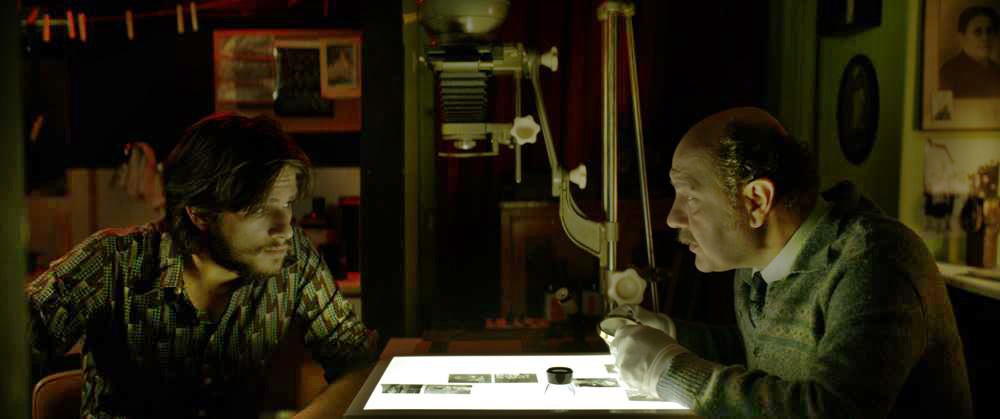 """Filmtipp: """"Notias - Mythopathy: Südwind"""" von Tassos Boulmetis - Notias – Mythopathy, Suedwind, Tassos Boulmetis_03- Stavros (Yiannis Niarros) sitzt mit dem Familienfreund und Fotografen (Themis Panou) in der Dunkelkammer. Dieser hat seit langem die Kreativität seines Zöglings erkannt."""