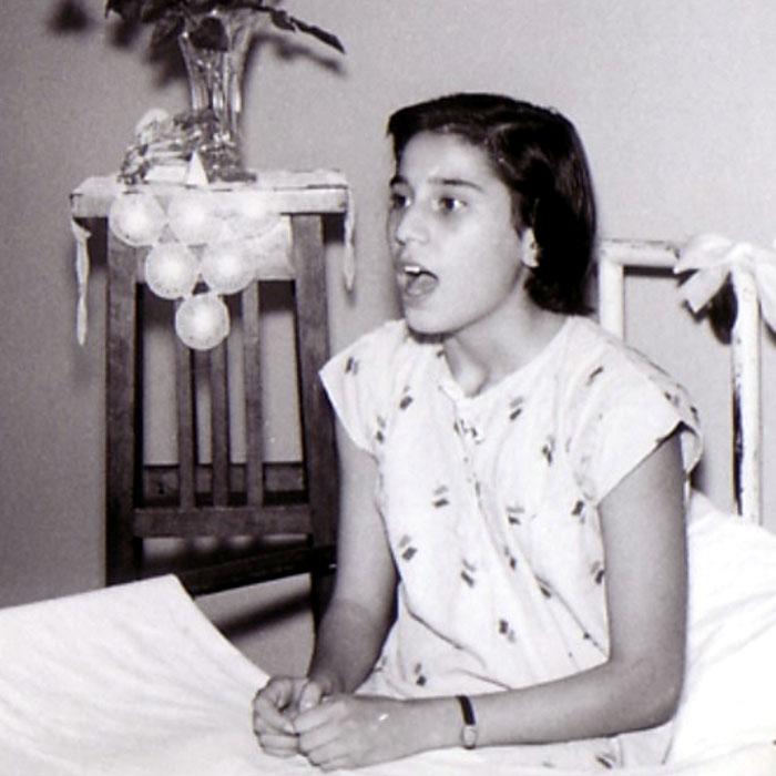 """Maria Farantouri: Die größte Stimme Griechenlands wird siebzig - maria_farantouri_Asclepieion_Voula_1957 - Die singende zehnjährige Maria Farantouri im Krankenhaus """"Asclepieion_Voulas"""" in Athener Vorort Voula. Foto: www.altsantiri.gr"""