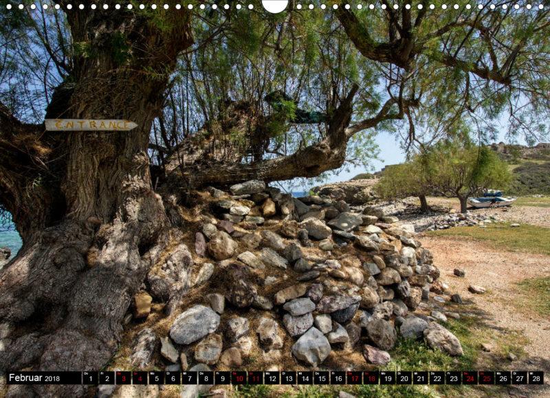 Fotokalender: Ostkreta - Zwischen Sitia und Ierapetra - Itanos: Alte Tamarisken und Fischerboote am Meer. Im Hintergrund Ruinen der antiken Stadt