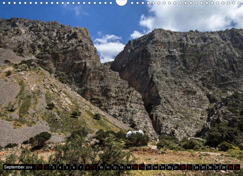 Fotokalender: Ostkreta - Zwischen Sitia und Ierapetra - Pachia Ammos: Cha-Schlucht ist der größte tektonische Bruch Europas. Agios Pnevmatos davor wirkt winzig