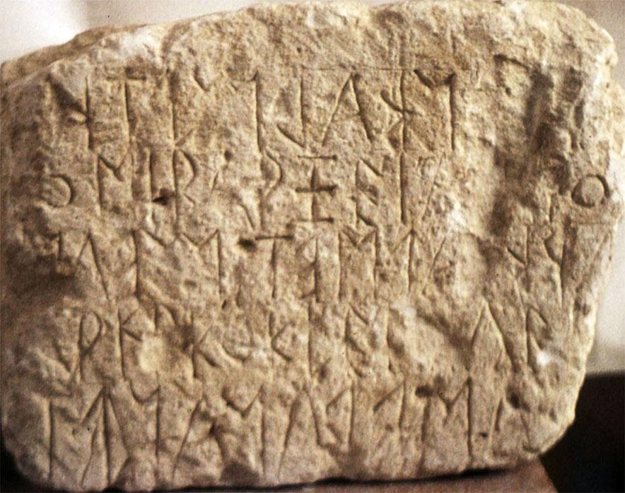 praisos_eteocretan_halbherr - Eine der ältesten Inschriften die in Praisos entdeckt wurde datiert auf Ende des 7. bis Anfang des 6. Jahrhunderts v. Chr. Es wurde im zwar im altgriechischen Alphabet, aber in minoischer Sprache geschrieben. Die Schreibweise ist im Bustrophedon-Stil (ochsenwendig) mit zeilenweise abwechselnder Schreibrichtung.