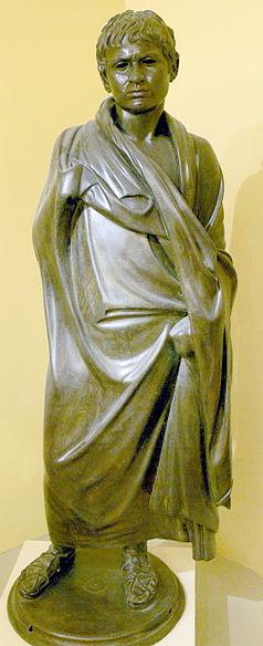 Statue eines Mannes mit Mantel. Hierapytna, Späthellenistische Periode - Bronzestatue eines jungen Mannes mit Mantel. Hierapytna, 1. Jhd. v. Chr. Die Statue befindet sich im Archäologischen Museum von Heraklion. Foto: Wikipedia, Wolfgang Sauber