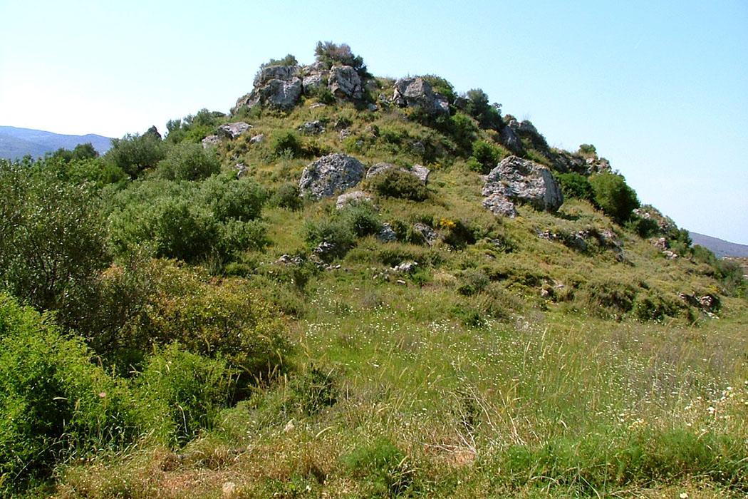 """crete_praisos_acropolis_3_altarhill_02 - Auf der """"Dritten Akropolis"""" von Praisos befanden sich offenbar ausschließlich Kultplätze, Schreine und Tempel. Zusätzlich konnten wertvolle eteokretische Inschriften von den Archäologen gesichert werden."""