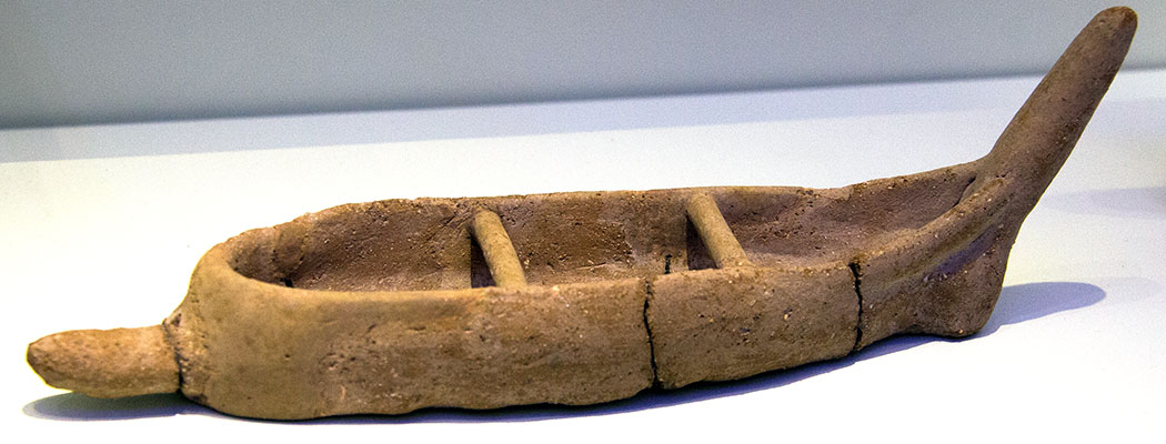 minoan boat, 2300 – 1900 BC, wikipedia Modell eines Langboots aus Ton, Mittelminoische Zeit 2.300 – 1.900 v. Chr. Bronzezeitliche Händler befuhren mit einer Besatzung von etwa zwanzig Ruderern in Langbooten die Ägäis. Das Fundstück befindet sich im Archäologischen Museum von Heraklion.