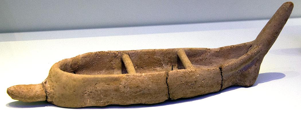 minoan boat, 2300 – 1900 BC, wikipedia - Modell eines Bootes aus Ton aus Mittelminoischer Zeit 2.300 - 1.900 v. Chr. Diese kleinen Boote wurden von Fischern oder auch Händlern genutzt. Das Fundstück befindet sich im Museum von Heraklion. Foto: Wikipedia, Zde