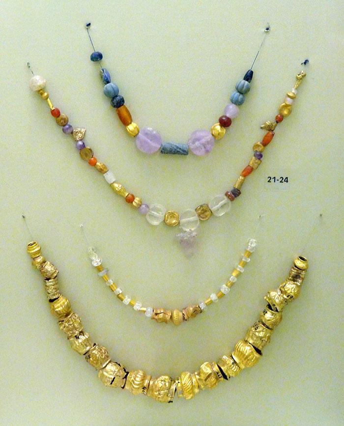 mochlos_minoan_jewelleryjpg_ol - Minoische Halsketten mit Perlen aus Gold und Halbedelsteinen (2.500 - 1.500 v. Chr.) aus Mochlos und Platanos. Foto: Wikipedia, Olaf Tausch