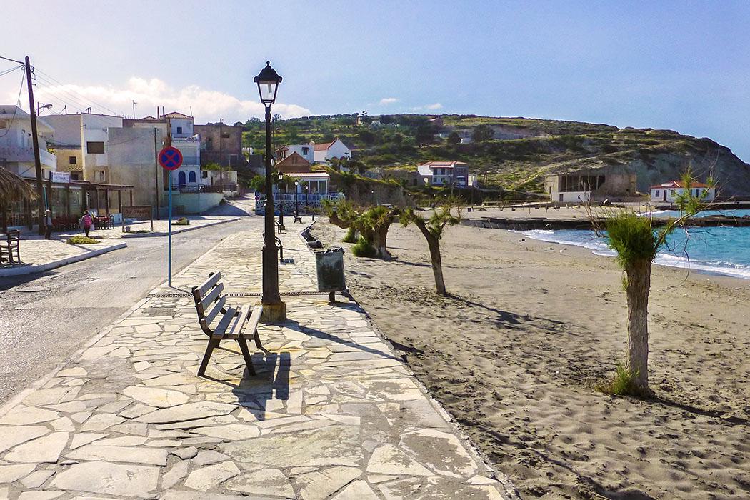 """reise-zikaden.de, greece, crete, lasithi, ierapetra, pachia ammos, beach - Am Sandstrand von Pachia Ammos ist man vor Wind und Wellen durch die kleine Bootsanlegestelle geschützt. Der Ortsname """"Pachia Ammos"""" bedeutet """"Dicker Sand"""" und weist auf den feinen Sandstrand hin."""