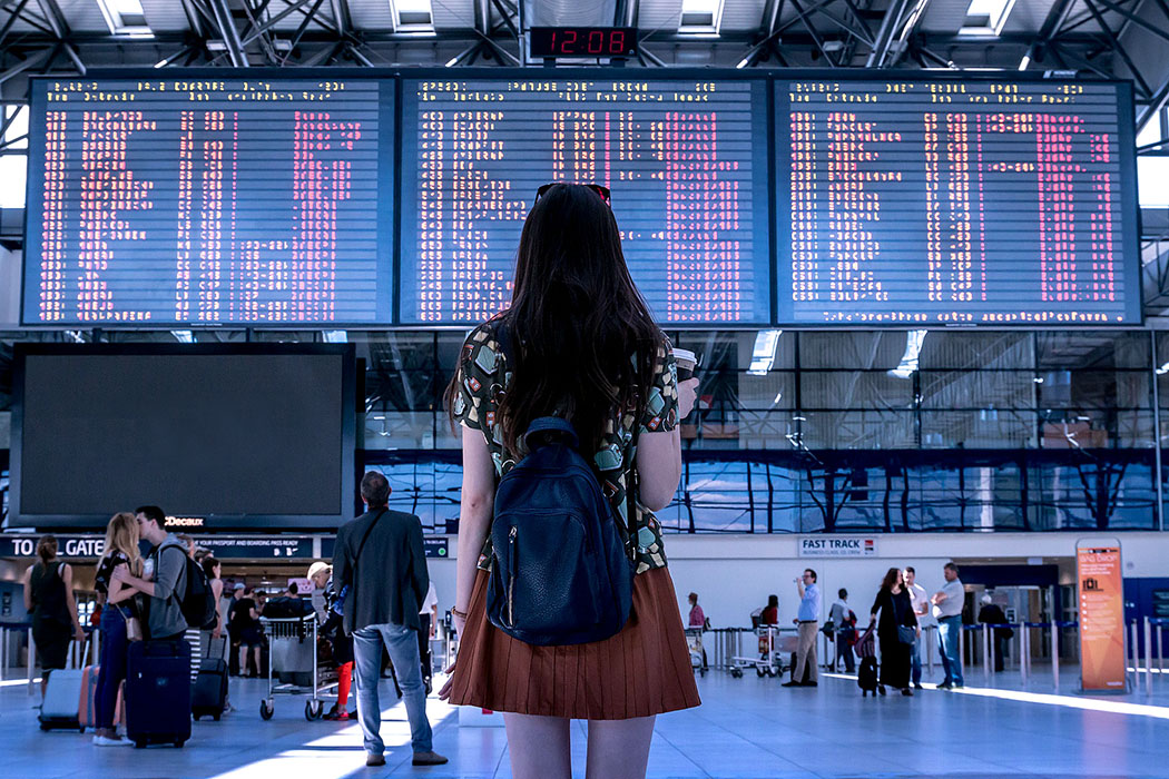 """Entschädigung bei Flugverspätungen und Flugausfall (Werbung) - Entschädigung bei Flugverspätungen und Flugausfall_airport-waiting - Ärgerlich! Reise gebucht, Koffer gepackt, du freust dich auf deine Ferien – und dann die schlechte Nachricht: Die Infotafel am Airport zeigt für deinen Flug """"CANCELLED"""" an. Die Experten von FairPlane haben sich auf Entschädigungszahlungen für Flugreisende spezialisiert und verhelfen dir zu deinem Geld."""