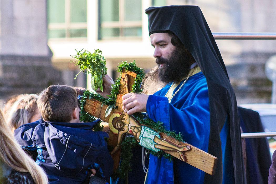 Archimandrit Georgios Siomos beim Segnen für die Gläubigen.