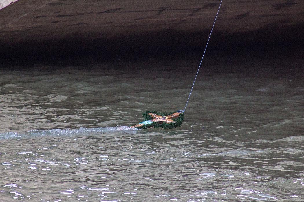 Das geschmückte Holzkreuz konnte am Epiphaniastag 2018 wegen Hochwassers leider nicht von Schwimmern geborgen werden.