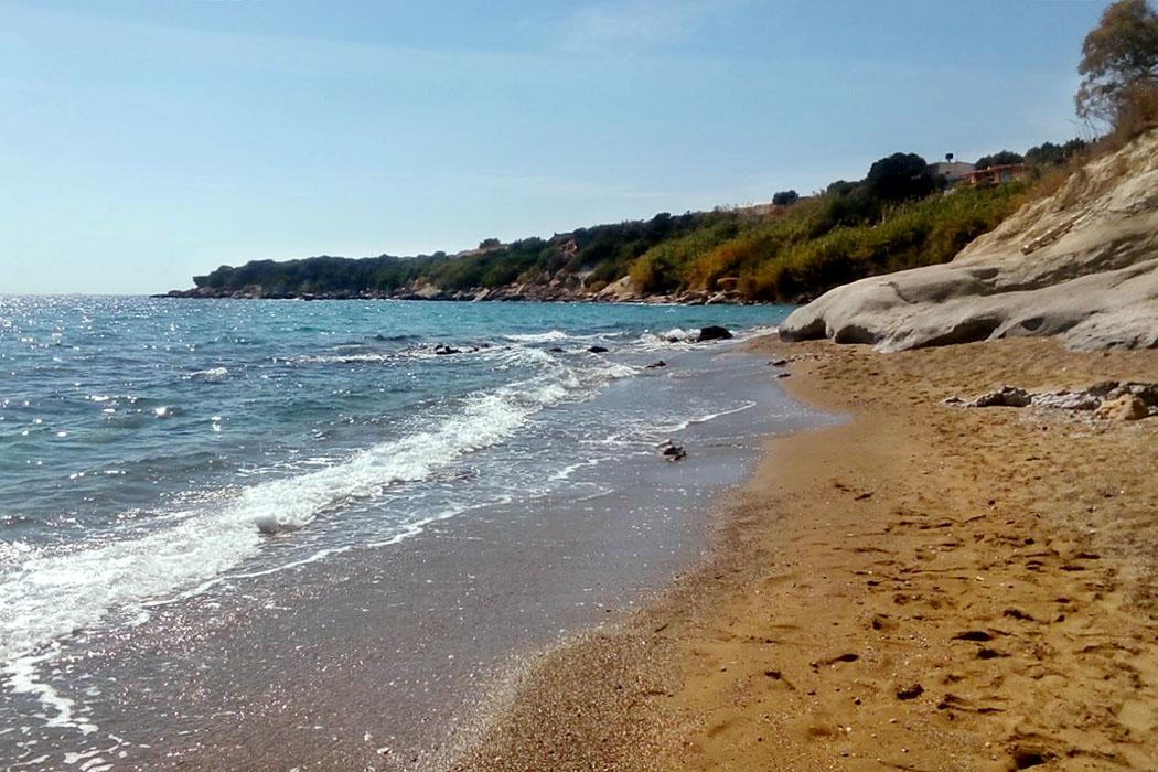 Crete_Ierapetra_Ferma_Livadi_Beach - Von Bäumen umgeben liegt der Sand- und Kieselstrand Livadi Beach beim Dorf Ferma, rund dreizehn Kilometer östlich von Ierapetra.