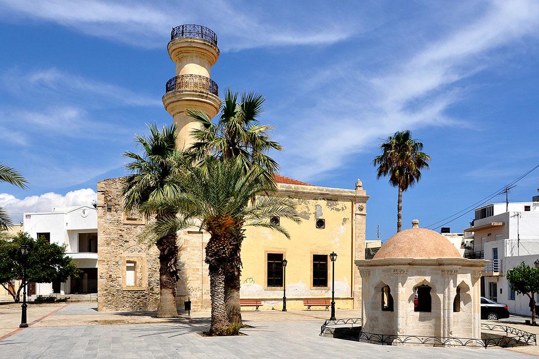 Ierapetra, Mosque, Wikipedia, Marc Ryckaert - Die Agios Ioannis Kirche von Ierapetra wurde 1891 von den Türken zu einer Moschee mit Reinigungsbrunnen umgebaut. Sie steht an der Platia Tzami und wurde vor wenigen Jahren komplett renoviert.