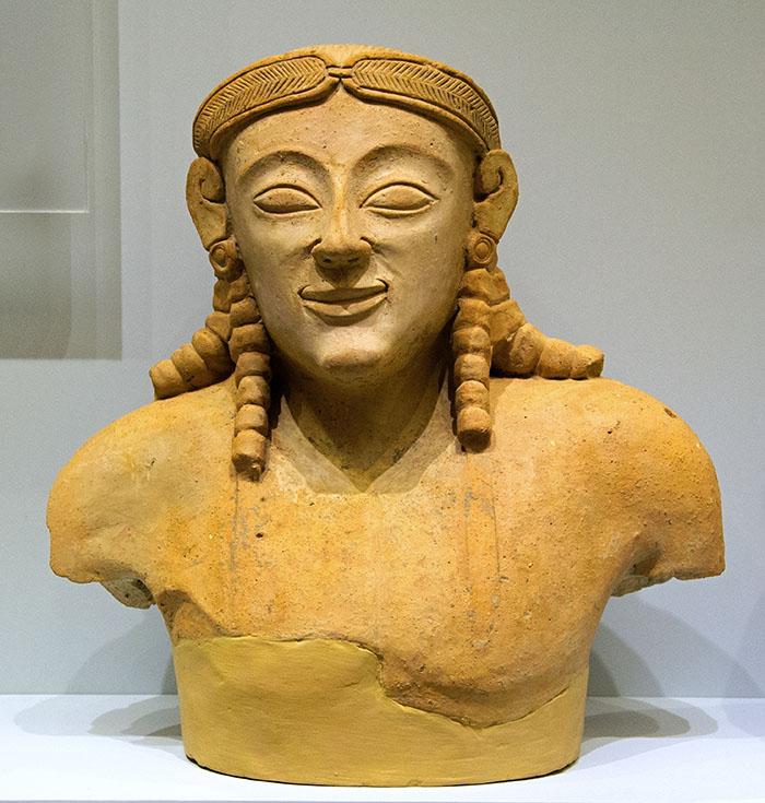 Torso of a Kouros, terracotta. Praisos, 6th century BC. Heraklion. wikipedia zde - Das Fragment einer Kouros-Statue aus Praisos datiert auf das 6. Jahrhundert v. Chr. und wird im Museum von Heraklion gezeigt. Foto: Wikipedia, zde