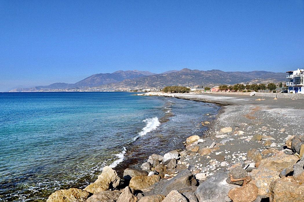 crete_ierapetra_limanakia_beach_west_beach_ol - Ierapetra hat zwei Stadtstrände, das Foto zeigt den Limanakia Beach im Westen. Er schließt sich direkt an den Fischerhafen an.