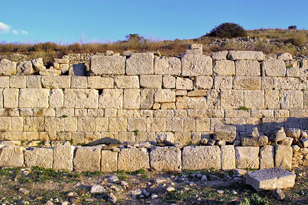"""crete_lasithi_praisos_ancient city wall.jpg - Im unteren Bereicht der """"Ersten Akropolis"""" von Praisos sind Teile der antiken Stadtmauer sichtbar."""