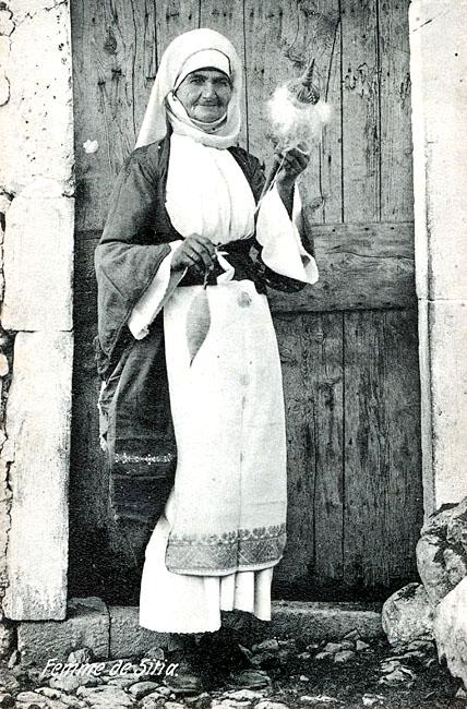 greece_crete_woman-sitia - Kreterin aus Sitia mit Handspindel. Datierung unbekannt. Foto: www.uibk.ac.at